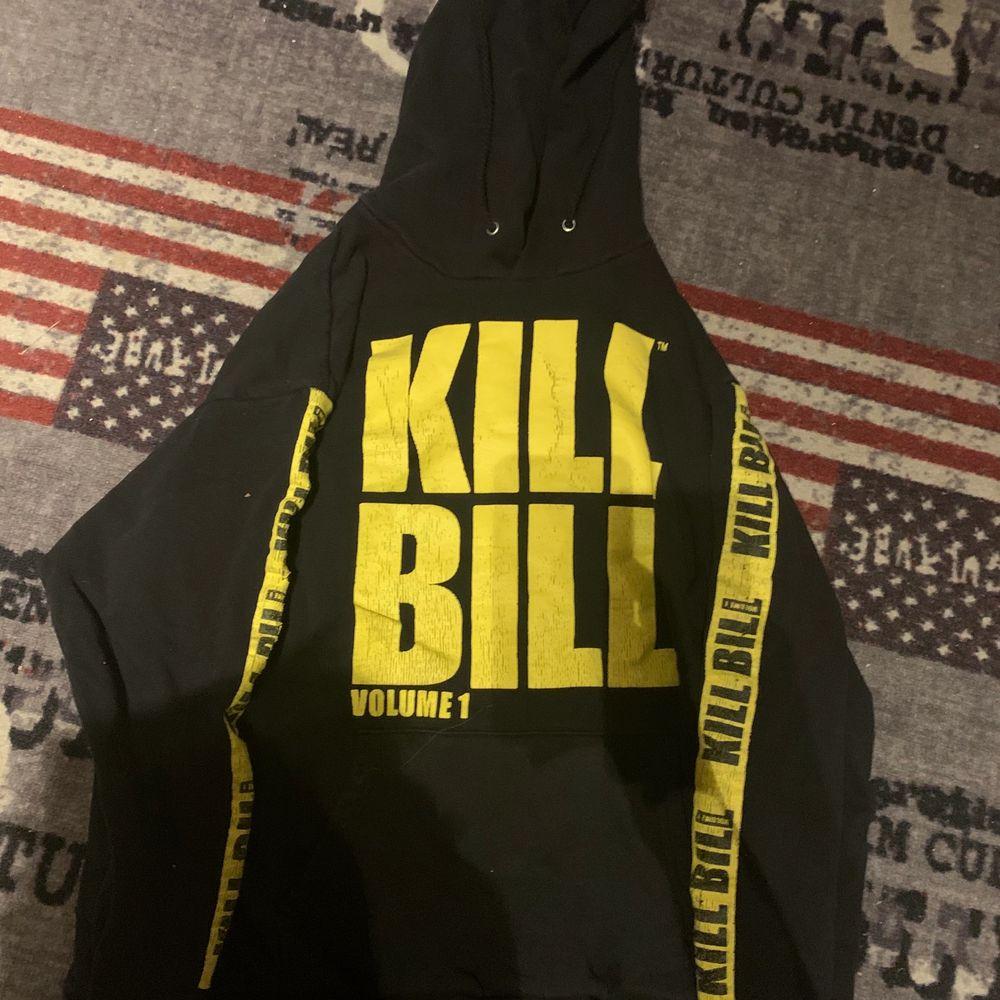 Kill Bill Hoodie köpt på Carlings för 500kr. Säljes för 200kr + frakt.. Huvtröjor & Träningströjor.
