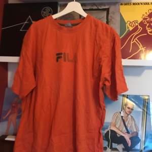 Vintage t-shirt från Fila. Vintage condition. Inköpt på Humana för typ 100 spänn. Vääldigt stor så om man är 175 och vill se ut som eminem är den perfekt. Bara att höra av sig om man har några frågor!