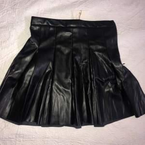 Kjol från Pull & Bear, prislapp kvar, säljer pga att den ej passar mig, den är slutsåld överallt vad jag har sett!