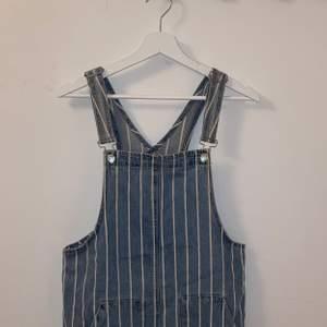 Säljer denna superfina hängselklänning från pull&bear! Den är storlek medium men skulle säga att den även passar mindre storlekar beroende på önskad passform!💖 hör av er för fler frågor!!