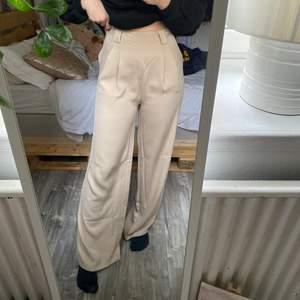 Säljer dessa snygga kostymbyxorna! Aldrig använda då det inte är min stil riktigt! Köpta i en affär i Landskrona! Det är make way från bubbleroom! Storlek 36 men passar även 38 ( jag är 38 i vanliga fall)