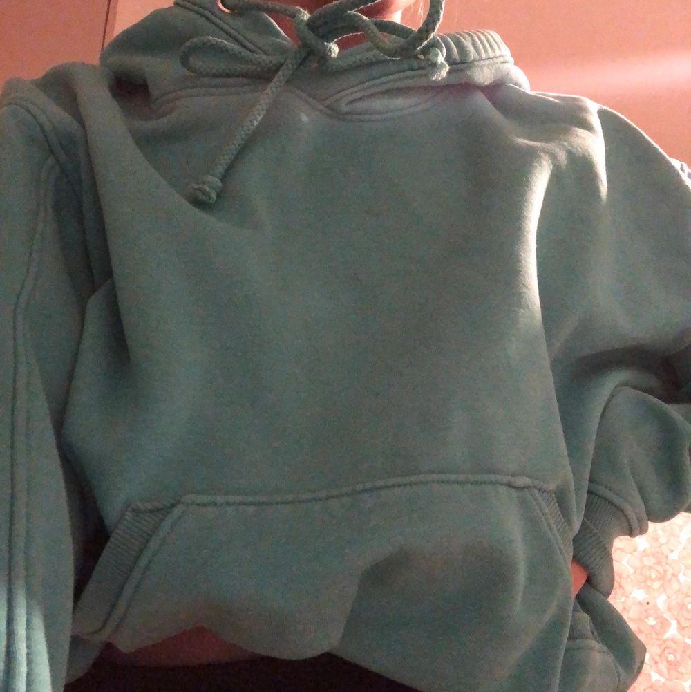 Säljer en turkos hoodie från weekday som jag inte använt så mycket. Hör av er för fler bilder. Storlek xs eller s tror jag. Huvtröjor & Träningströjor.