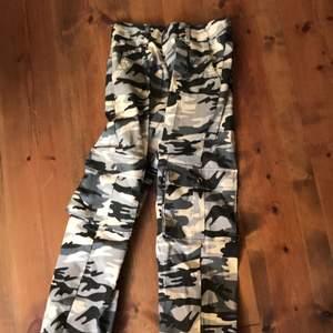 Kamouflage byxor från madlady, i st S. Har aldrig använt dom då dom är för stora. Jag köpte byxorna för ganska länge sedan och då kostade dom 400. Mitt pris är 200 ink frakt