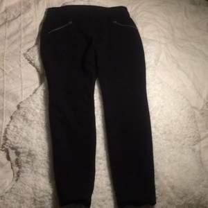 Nya byxor i stretch.  Står att storlek 38 men kan även vara storlek 36. Small-medium.
