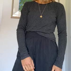 Väldigt, väldigt skön mörkgrå tröja från Gina! Storlek S men funkar för XS snyggt när det sitter lite löst!🐥 Jag tycker verkligen att detta är en fin vardaglig tröja men har varit så dålig på att använda den :(
