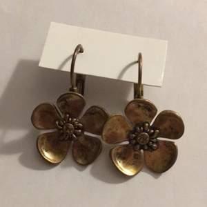 Söta Blom-örhängen från Ikita 🌸