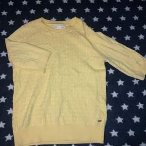 Stickad tröja med trekvartsärm, super fin gul inte för mycket men inte heller för lite. Använd 1 gång.