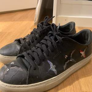 Säljer dessa Axel Arigato sneakers, har några år på nacken men blir rena och fina om man tvättar dem. Hör av er vid frågor. Köparen står för frakten.