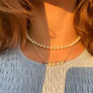 Egengjorda halsband🤩😍 pris: köp båda för 100kr eller pärlhalsbandet för 75kr och säkerhetsnålhalsbandet för 60kr💫💓 kolla härna in mezzai_design på intsagram där vi säljer mer smycken!!🥰 pärlhalsbandet är sålt