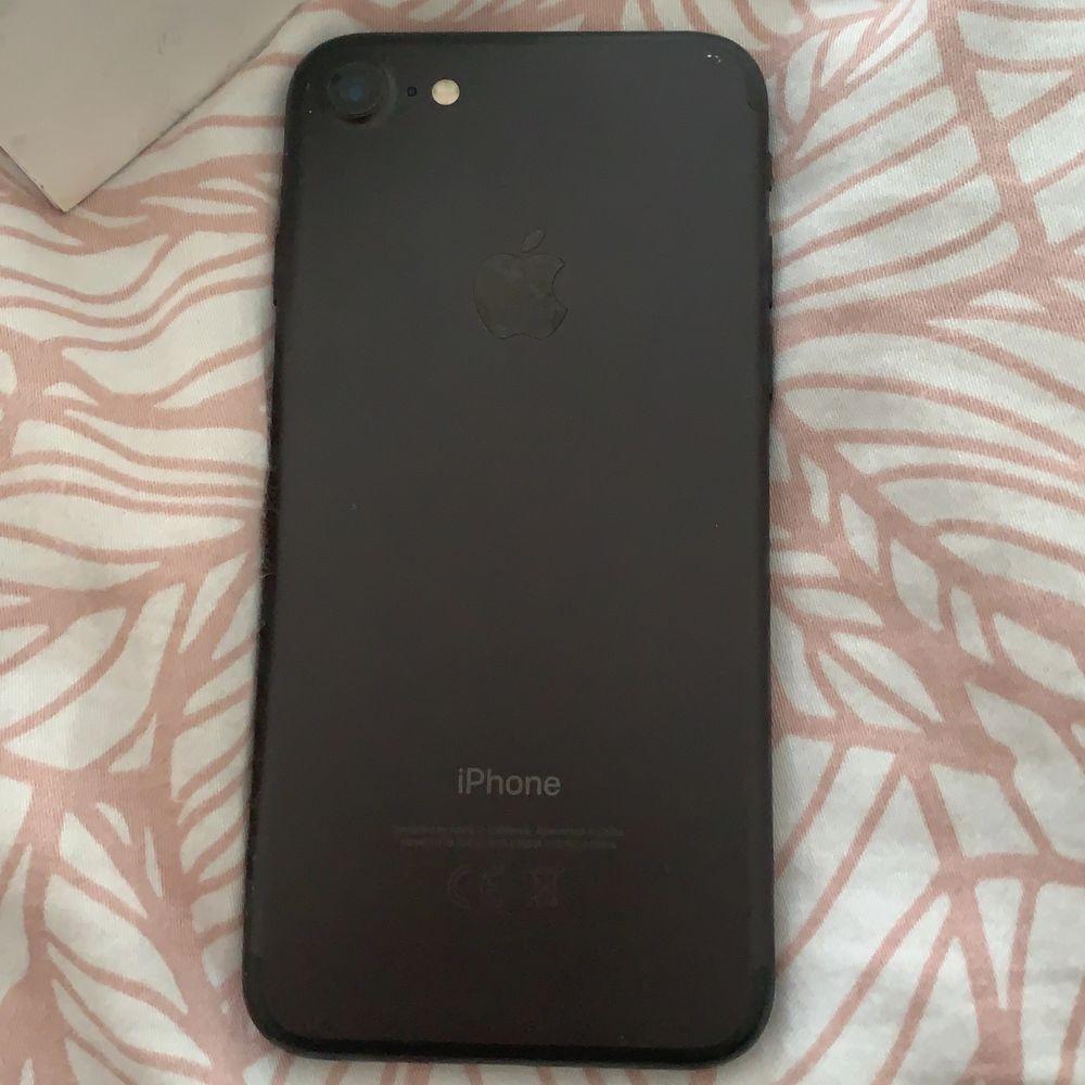 Nollställd iPhone 7. Använd 1 o ett halvt år. Skadad. Skydd är på men kan ta av. Har varit väldigt rädd om den. Köparen står för frakten!!😊 priset kan deskuteras . Övrigt.