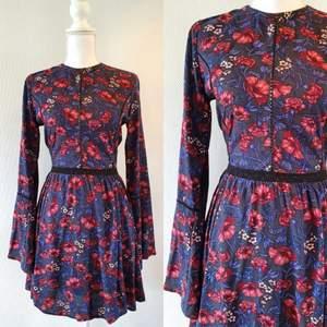 Klänning i storlek xs , 70 tals inspirerad klänning, vida ärmar. Frakt tillkommer med 44 kr