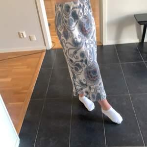 """En väldigt fin och somrig satinkjol ifrån """"Gina tricot"""", den har storlek 36 och säljs för endast 50kr!"""