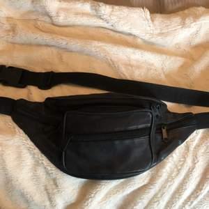 En jättesnygg och rymlig fannypack med flera fack och skjusterbart band! Frakt tillkommer🥰