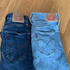 """Ett par snygga Levis jeans i modellen """"super skinny"""" dom båda är i ett super fint skick. Dom mörkblåa är i storlek 26 och dom ljusa är i storlek 27, 300kr/st och båda för 500kr!"""