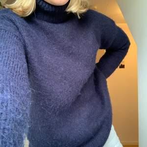En härligt stickad tröja från NA-KD i en marinblå färg perfekt till lite kallare sommarkvällar men också i höst och vinter! 🥺