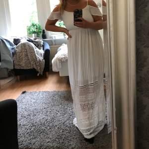 Romantisk och bohemisk klänning från Bershka. Fick i present av en släkting som köpt den i Spanien, när den va för lång (är 158) gick det ej att byta. Prislapp kvar!! Har ni frågor eller funderingar är det bara att höra av sig. Köparen står för frakt 🚚