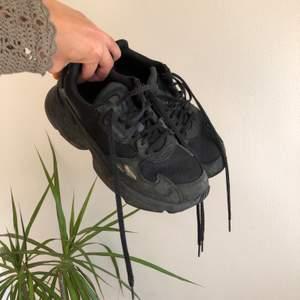 Helsvarta adidas Falcon med mockadetaljer. Använda ett fåtal gånger. Köparen står för frakt, frakt tillkommer på ca 70 kr