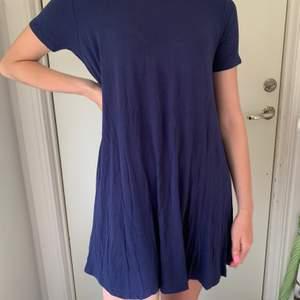 Blå T-shirtklänning i strl S, passar S och M. 60kr plus frakt på 66kr.