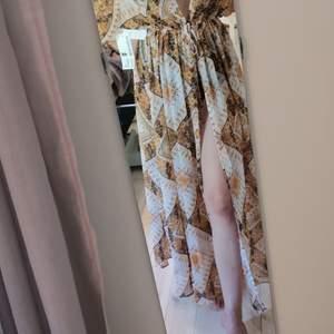 Strandklänning från hm. Helt oanvänd och prislapp kvar. Sitter perfekt på mig som är 162 cm. Nypris 500.