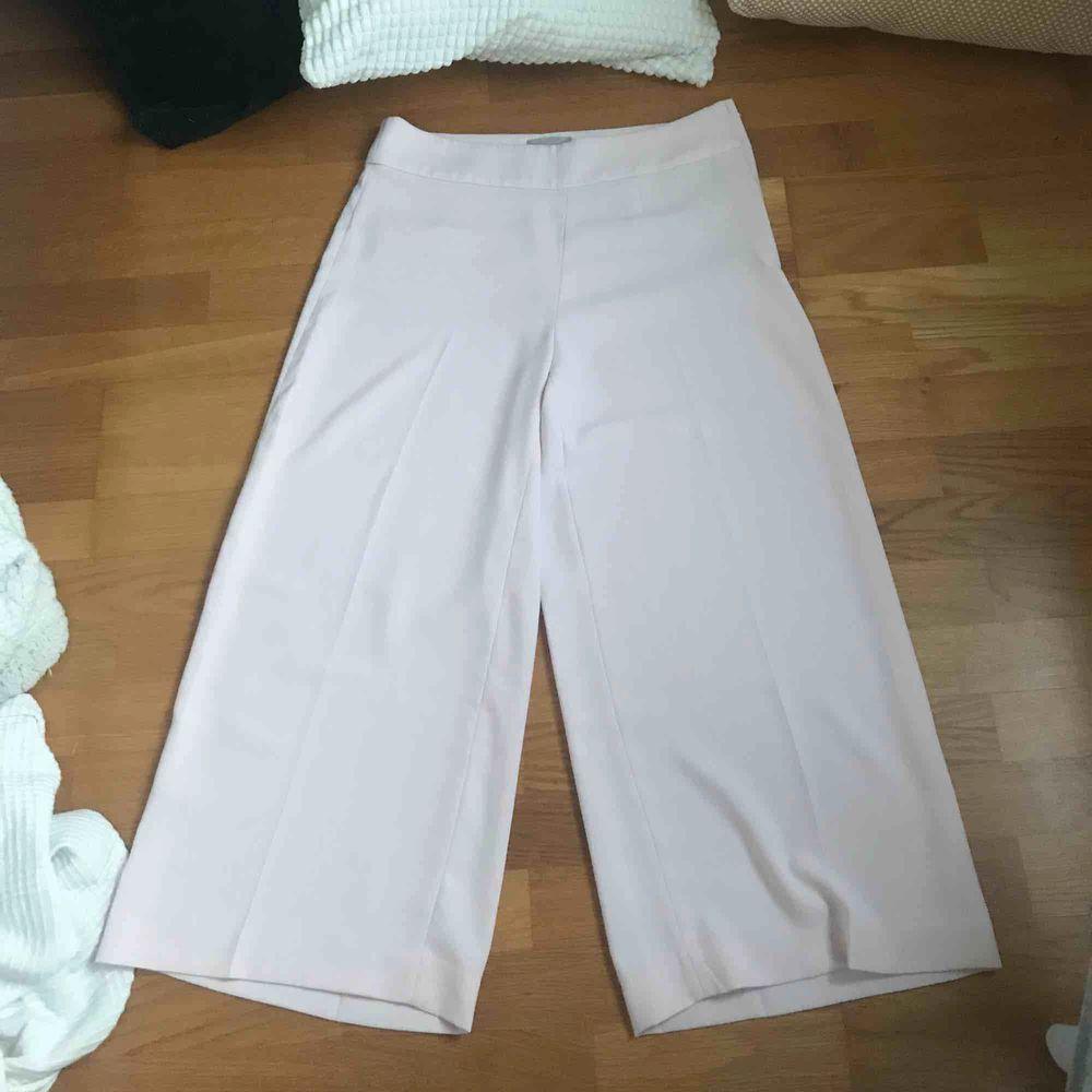 Superfina tunna byxor, dem ser vita ut på bild men är ljusrosa i verkligheten🌸 jag är 160, på sista bilden ser ni längden. Jeans & Byxor.