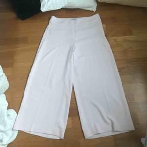 Superfina tunna byxor, dem ser vita ut på bild men är ljusrosa i verkligheten🌸 jag är 160, på sista bilden ser ni längden