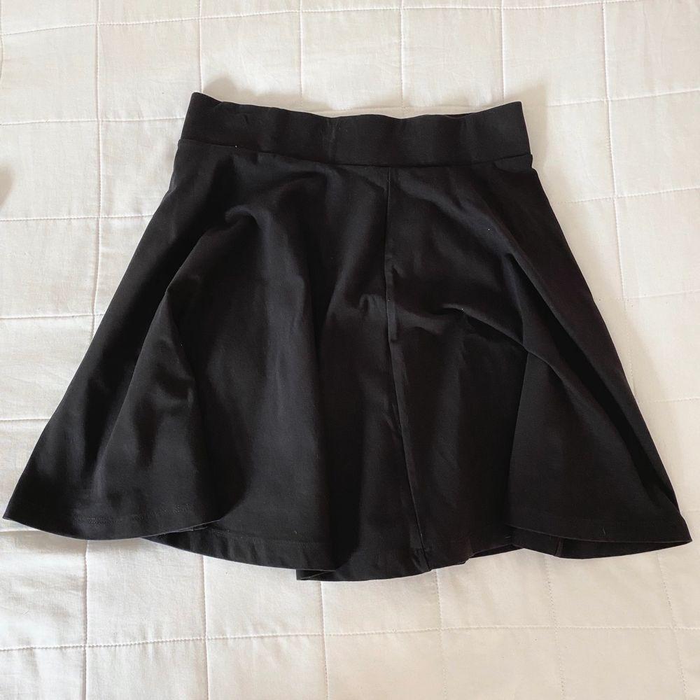 Säljer nu min basic svarta kjol då den ej kommer till användning. Hör av dig för mer info🥰. Kjolar.
