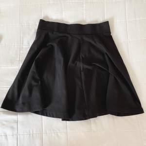 Säljer nu min basic svarta kjol då den ej kommer till användning. Hör av dig för mer info🥰