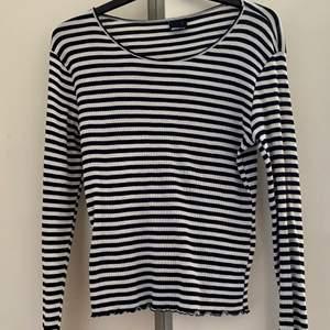 Randig tröja från ginatricot. Säljer pga att den inte kommer till användning och är för stor för mig. Frakt ingår🥰 skulle säga att den är mer som en M