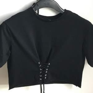 Säljer en svart top med knytdetaljer, använd ca en gång och i bra skick <3                                           (frakten är inkluderad)