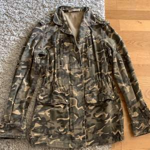 Säljer nu min Vera lucy croppad camuflage jacka knappt använt mke fint skick sitter väldigt tajt vid midjan formar kroppsform 🌸🤍