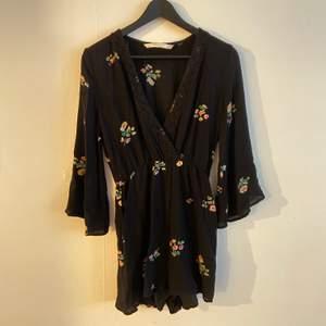 Mycket fin svart och blommig jumpsuit/romper från Zara som bara blivit använd en gång!! OBS: Har fickor! Märkt som XS men passar en S perfekt också 🌞🌞🌞 Frakt: 59kr