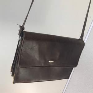 Så snygg axelremsväska i brunt skinn. Retro/Vintage. Passa på att fynda denna unika väska!