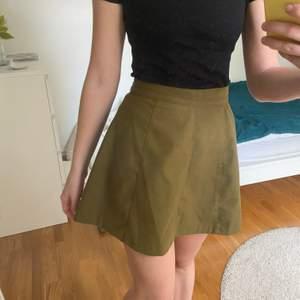 Grön kjol i lite tjockare material från Gina i stl S. Frakt ingår