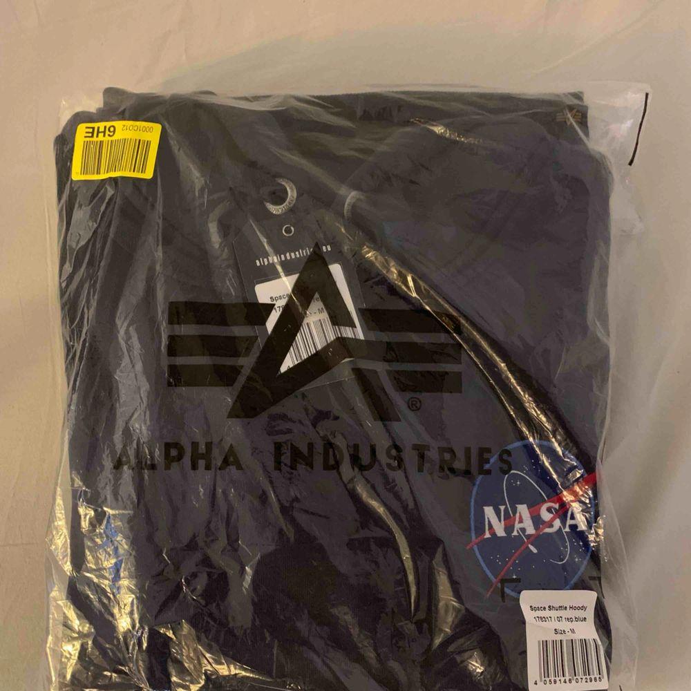 Alpha Industries X Nasa Navy Blue  - Storlek: Medium - Skick 10/10 (Oöppnad) - Nypris 840kr - Pris: 400kr - Kvitto finns online  Fast pris. Köparen står för frakt.   Digitalt kvitto finns. Kommer från ett djurfritt och rökfritt hem. Huvtröjor & Träningströjor.