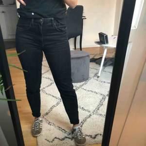 """Svarta jeans från Zara i storlek 38. Jeansen är ankel långa och """"avklippta"""" samt i fint skick. Frakten betalas av köparen."""