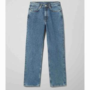 Suuuupersnygga byxor från weekday. De är i modellen voyage. De är i bra skick, säljer pågrund av att dem förstora. Frakt ingår