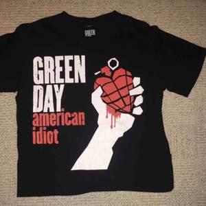 Green Day T-shirt med Amercan Idiot loggan. Knappt använd.