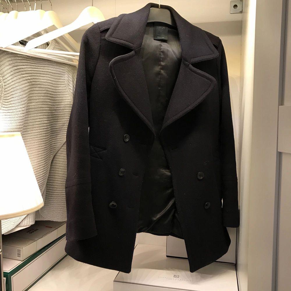 Säljer en kappa från Replay. Köp på NK i Göteborg för 3000kr.  Inte använd de senaste året då jag inskaffade mg en annan kappa. Väldigt nöjd med den.   Fynda nu för endast 200kr.  Den översta knappen måste sys på (man får med knappen) . Jackor.