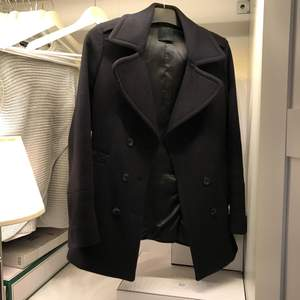 Säljer en kappa från Replay. Köp på NK i Göteborg för 3000kr.  Inte använd de senaste året då jag inskaffade mg en annan kappa. Väldigt nöjd med den.   Fynda nu för endast 200kr.  Den översta knappen måste sys på (man får med knappen)