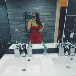 Säljer min fina röda byxdress då den aldrig kommit till användning pga att jag inte tycker att den passar mig tyvärr!🌸