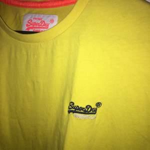 En snygg oanvänd gul T-shirt från superdry!