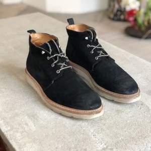 WHYRED vinterskor i fint skick, skosnörena har lite skavsår som ni ser på bilden. Mocca på utsida och helläder på insida vilket gör att fötterna har det torrt och varmt, och en tjock gummisula gör att marken känns mjuk oavsett vad du går på :)
