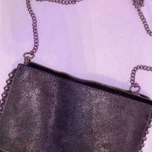 """Säljer denna fina väska från Zara eftersom att den inte längre kommer till användning. Bra skick förutom att dragkedjan på innerfacket gått sönder samt att den rostat lite där man """"knäpper fast"""" kedjan, dock syns inte detta eftersom att den delen av kedjan täcks. Man kan byta ut kedjan mot ett annat väskband om man vill."""