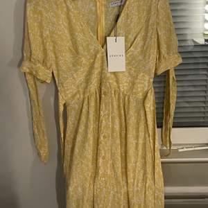 En jätte söt klänning från Loavies som är helt oanvänd i storlek S