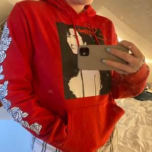 Skitsnygg röd hoodie! Oklart vart den är ifrån men storlek M. Använd ett fåtal gånger men den är i väldigt bra skick. 💕