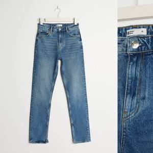 Säljer dessa skit snygga jeansen från Gina tricot i tall modell. Sitter perfekt i längden för mig som är 172 cm tycker även det kan va snyggt när dem är lite längre endast använda 1 gång. Köparn står för frakten😊