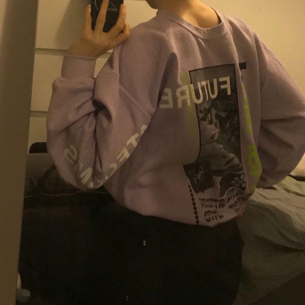 Säljer min assnygga tröja från Urban outfitters då den tyvärr inte kommer till användning längre. Jag har använt den med trycket på baksidan men tror egentligen att det ska vara på framsidan, inget som har stört mig. Köpt här på plick men väldigt fint skick, skulle det vara fler intresserade blir det budgivning🥰🥰 Står ingen storlek i den vad jag kan se men skulle säga att den passar S-M beroende på hur man vill att den ska sitta🤩. Huvtröjor & Träningströjor.