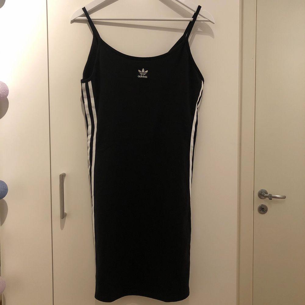 Säljer min fina adidas klänning som jag köpte innan sommaren men fick ingen användning av. Den är alltså helt oanvänd och i nyskick.. Klänningar.