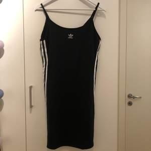 Säljer min fina adidas klänning som jag köpte innan sommaren men fick ingen användning av. Den är alltså helt oanvänd och i nyskick.