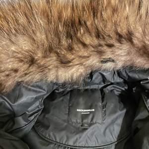 Rock & blue vinterjacka.  Storlek 36, äkta päls. Jackan är i den kortare modellen men är längre ner än midjan.  Har använts i en månads period ett fåtal gånger! Perfekt skick! Jag kan självklart skicka om köparen står för fraktkostnaden.  Pris kan diskuteras!🌸